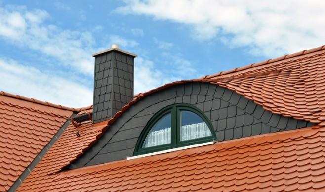 Remont pokrycia dachowego przed zimą.