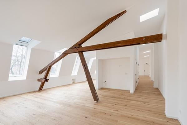 Wydzielając strefy funkcyjne na poddaszu zwróćmy uwagę na jego kształt. W tym celu wykorzystajmy wnęki, naturalny spadek połaci dachowej a także obecność belek konstrukcyjnych.
