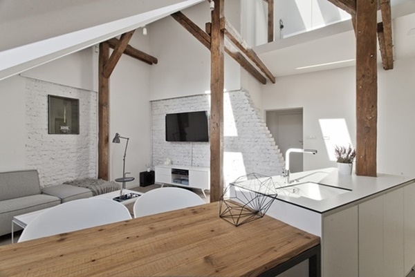 W ostatniej dekadzie bardzo popularne stały się pomieszczenia o otwartej przestrzeni. Łącząc salon, kuchnię i jadalnię otrzymujemy przestrzenne wnętrze pod dachem, które dodatkowo optycznie powiększymy dzięki zastosowaniu jasnych barw i zespoleń okien dachowych FAKRO.