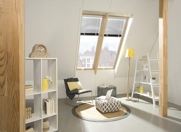 Wydzielenie miejsca na mini-biuro sprowadza się do umieszczenia w salonie krzesła i niewielkiego biurka. Organizując tę przestrzeń pamiętajmy o odpowiednim doświetleniu, które jest niezwykle ważne podczas pracy.
