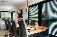 Rolety-Bubendorff-w-salonie-chronią-domowników-przed-słońcem