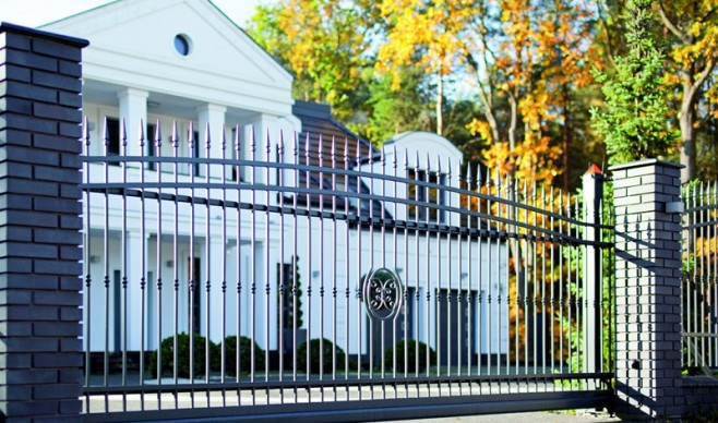 Bramy i drzwi zewnętrzne – ozdoby posiadłości