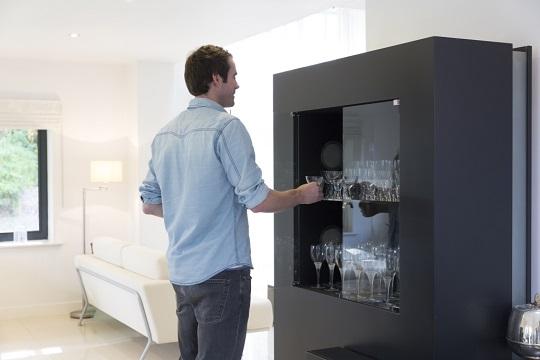 Jaśniejsze szkło zwiększa możliwość aranżacji w meblach