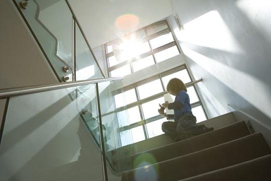 Wysoka neutralność nowego, jaśniejszego szkła bezbarwnego wpada przez okna