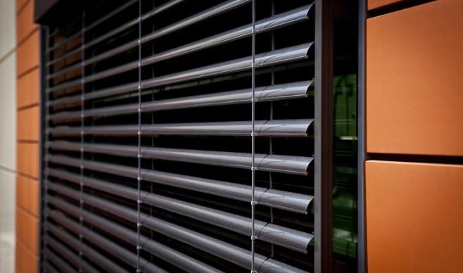 Sterowanie żaluzjami fasadowymi – manualne czy automatyczne?