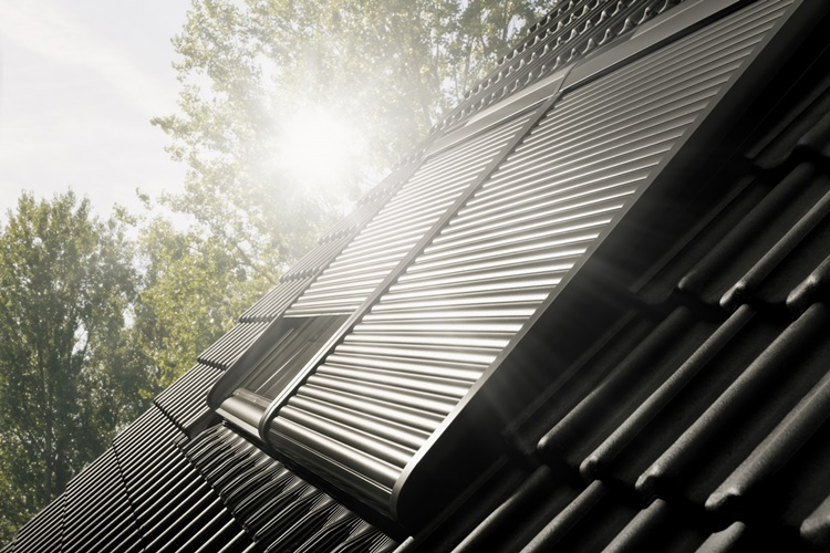 Montaż rolet solarnych do okien dachowych firmy Velux