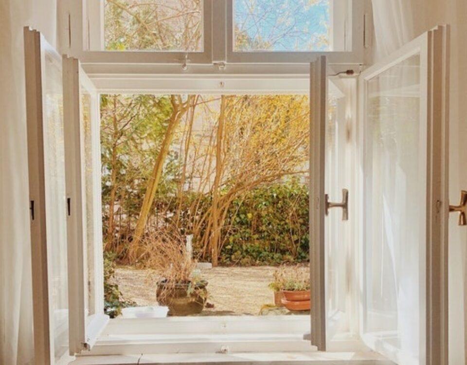 Bezpieczne wietrzenie – okna antywłamaniowe