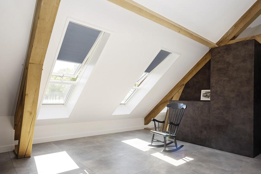 ypialnia na poddaszu jest wypełniona światłem dzięki dużym oknom dachowym FDY-V/U U3 proSky