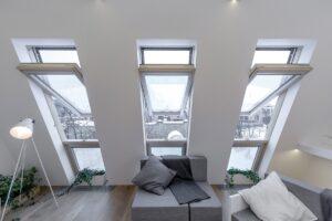 Skrzydło w oknie dachowym otwierane jest obrotowo