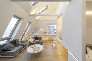 Ciekawe pomieszczenie w kształcie sześcianu doświtlone oknami dachowymi Fakro
