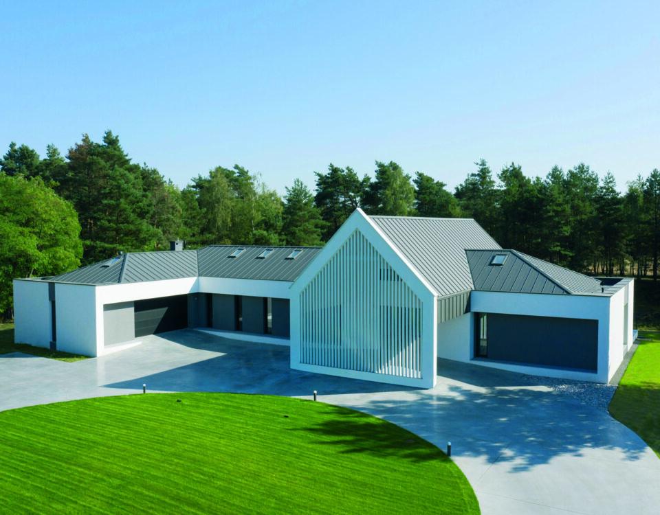 Architekt wybrał piękne okna i bramę do swojego domu