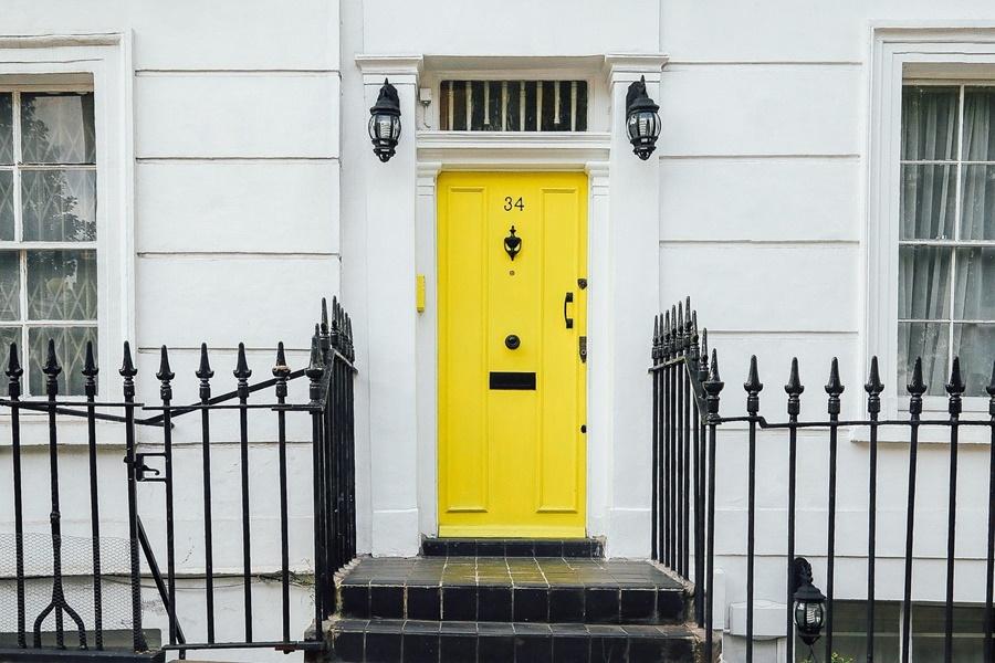 żółte drzwi ze skrzynką na listy