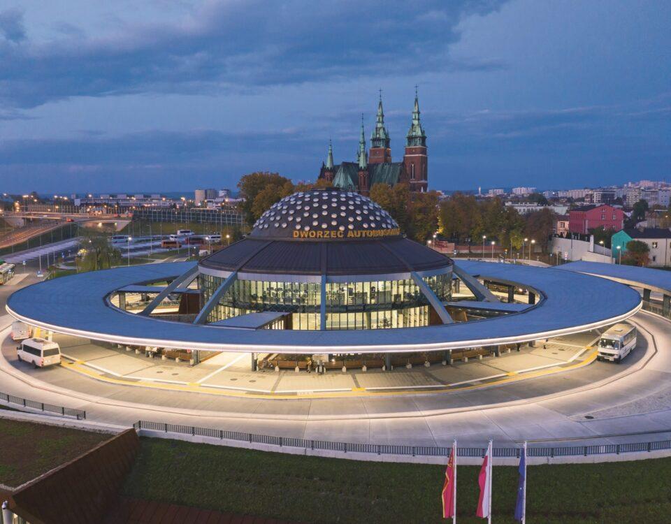 Dworzec przypominający UFO i  świetliki Fakro